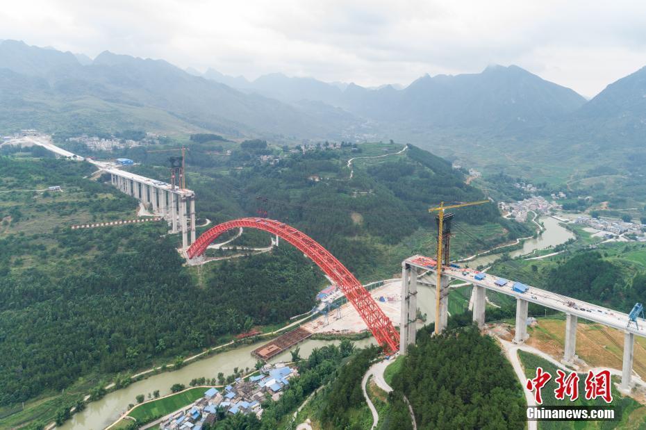 横跨在贵州省罗甸县沫阳镇董当乡大井村大井河,桥台所在山坡峰顶与河