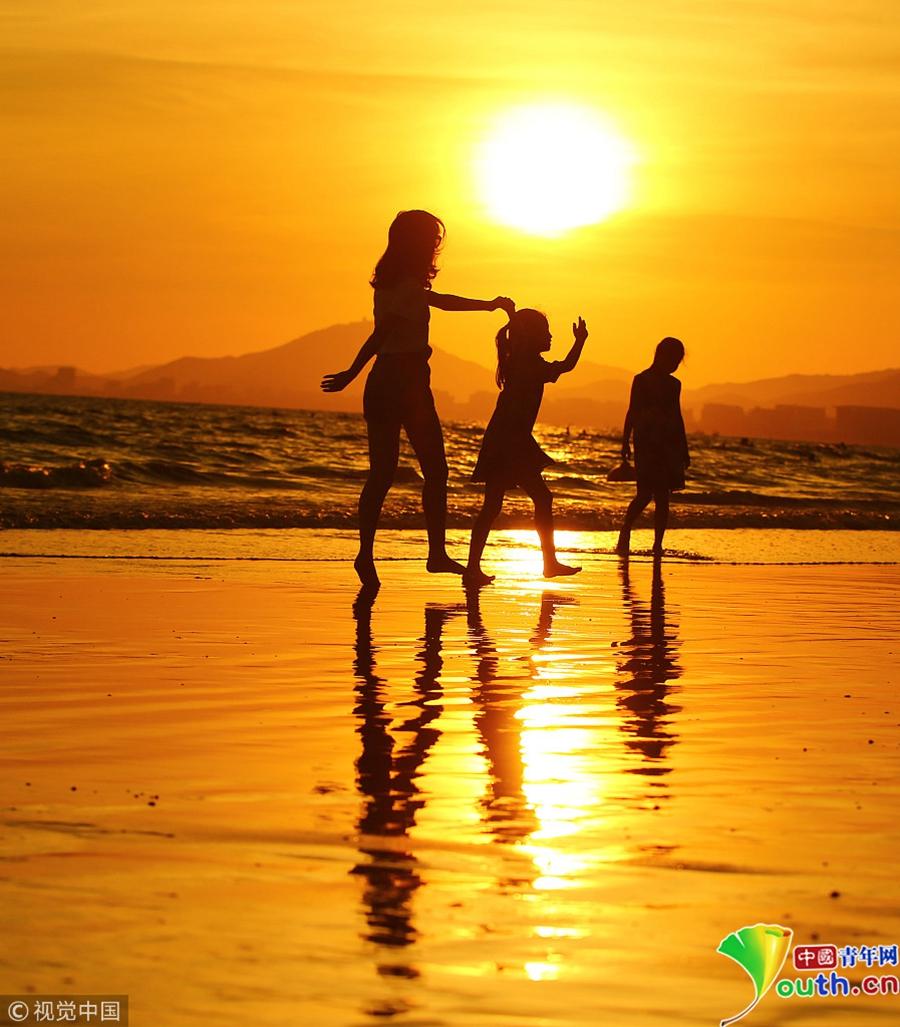 三亚夏日海边夕阳美如画