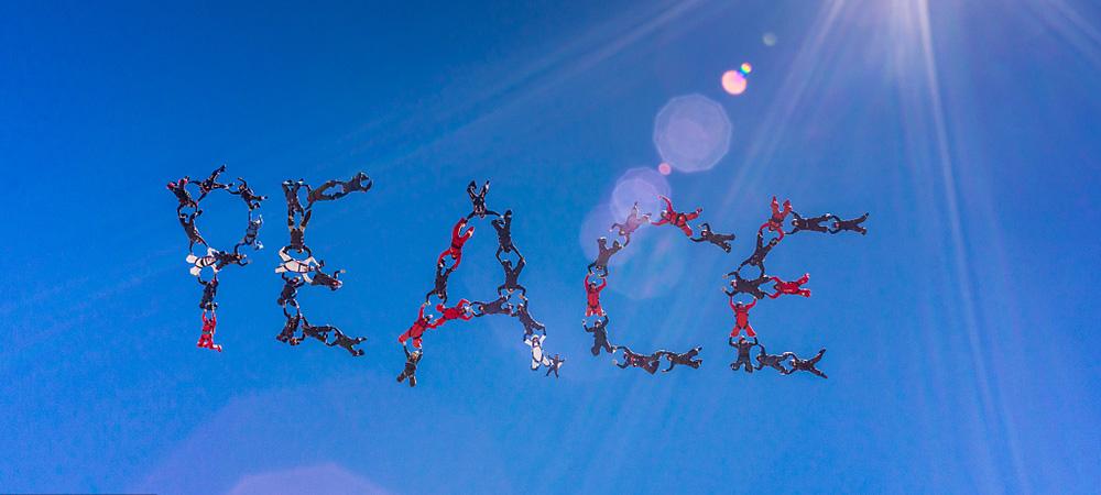 """48名跳伞爱好者高空摆出""""和平""""字样.jpg"""