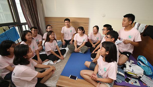 武汉大学生西安生存挑战-14人住一间被邻居举报搞传销.jpg