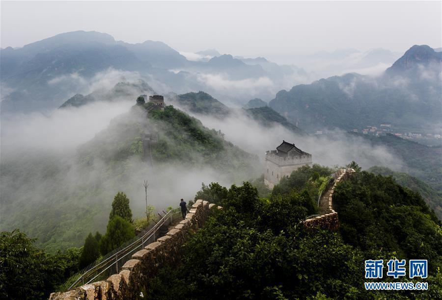 8月13日,一场雨过后,位于天津市蓟州区的黄崖关长城云雾缭绕,宛若仙境