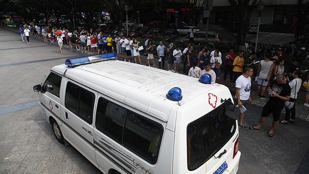 广西柳州恶性撞人事件发生后引发爱心献血潮.jpg