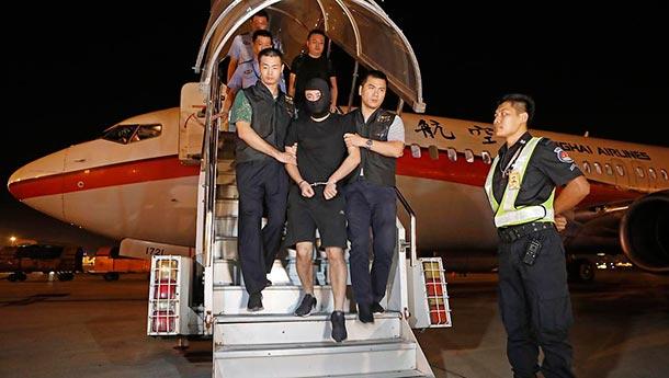 潜逃境外的阜兴集团董事长被上海警方押解回国.jpg