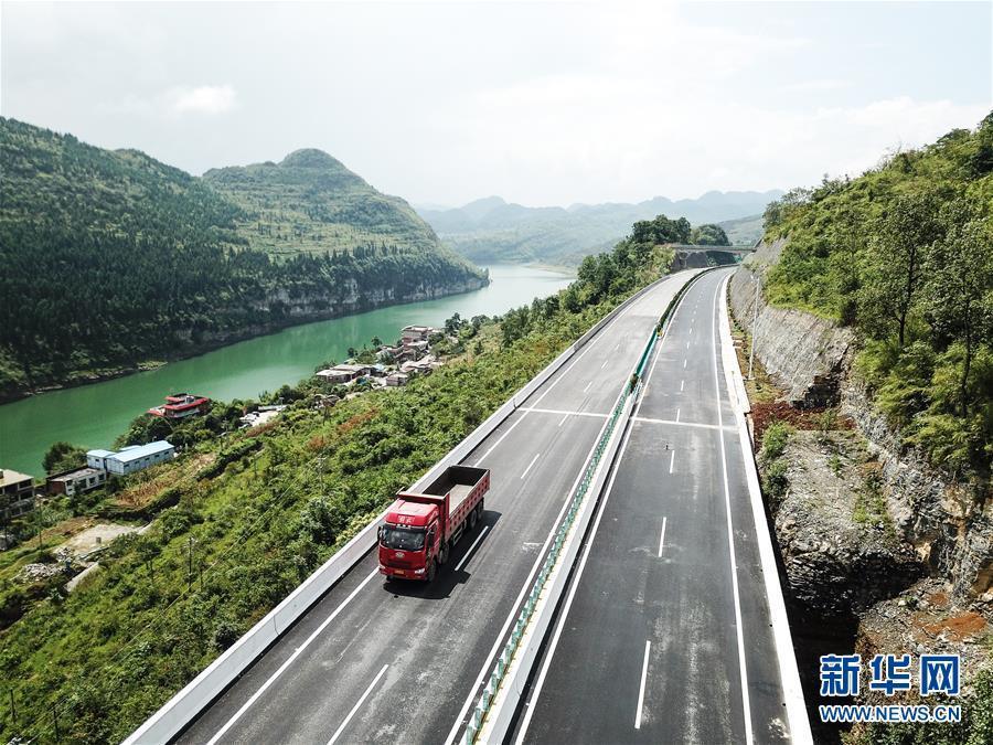 这是贵州织普高速织金东至普定路段(8月31日无人机拍摄).