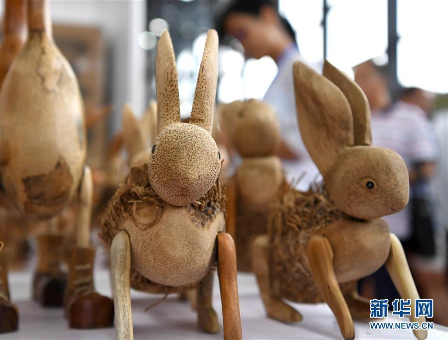 在广西南宁国际会展中心展出的来自印度尼西亚的动物造型工艺品(9月14