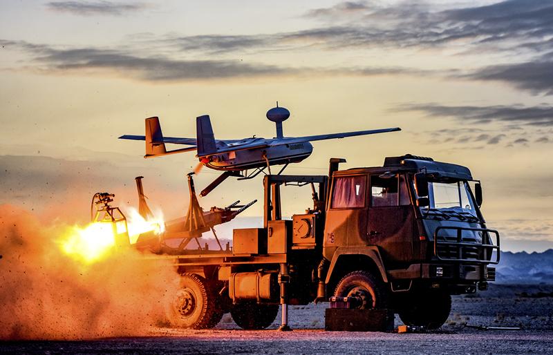 """06:第74集团军某旅实兵实弹演练中,利用无人机对""""敌""""进行侦察。黄海 摄_副本.jpg"""