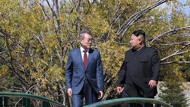 文在寅与金正恩在三池渊招待所午餐后漫步私聊.jpg