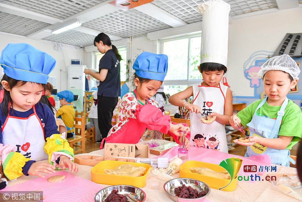 中秋佳节临近 幼儿园小朋友学做月饼萌态十足