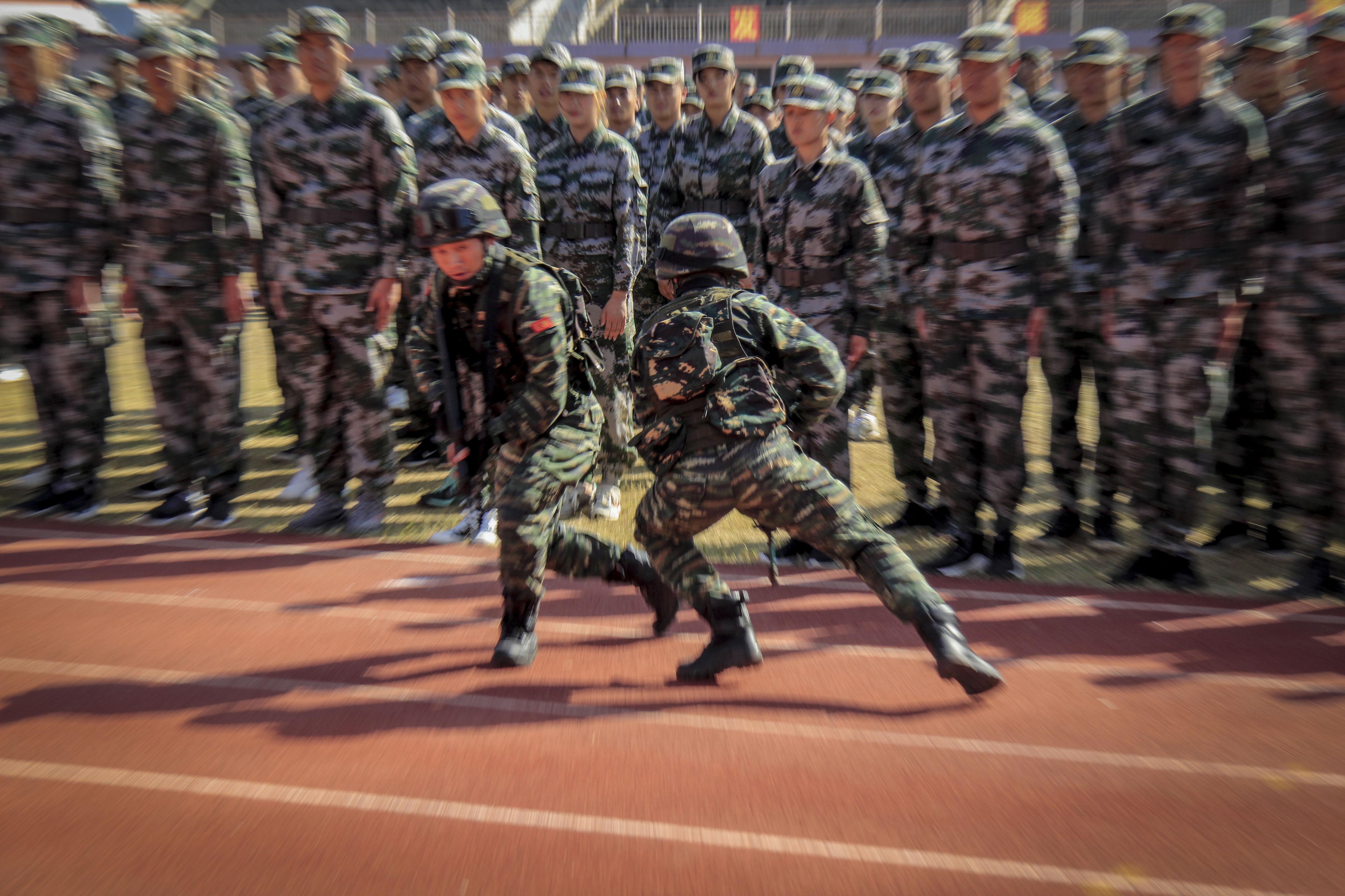 承训官兵正在演示战术动作。蔡霖伟摄 (2).jpg