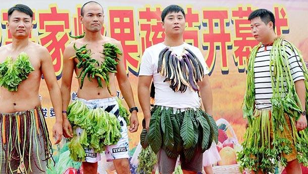 """蔬菜时装秀:村民穿果蔬变时尚""""野人"""".jpg"""