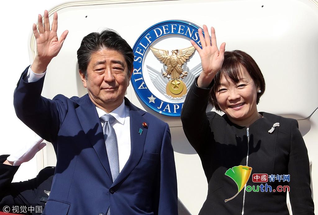 日本首相安倍晋三夫妇启程访华