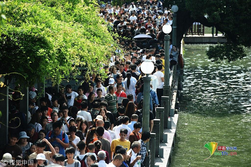 """杭州迎来国庆长假旅游高峰 西湖进入""""人海""""模式"""