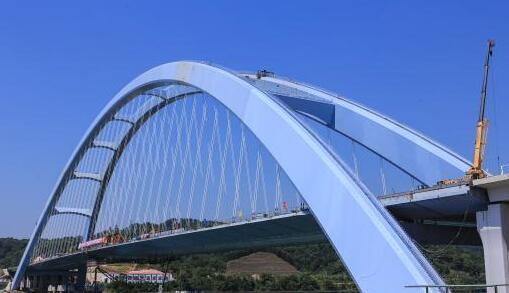 世界第一大跨度有推力拱桥钢箱梁顺利合龙.jpg