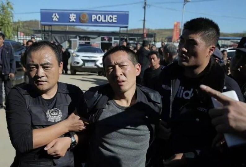 辽宁2名越狱逃犯于河北辽宁交界处被抓.jpg