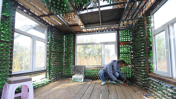 男子用5万个酒瓶盖三层小别墅-耗时4个月.jpg