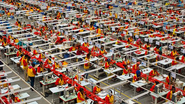 图片故事:中国工厂在非洲-应聘者络绎不绝.jpg