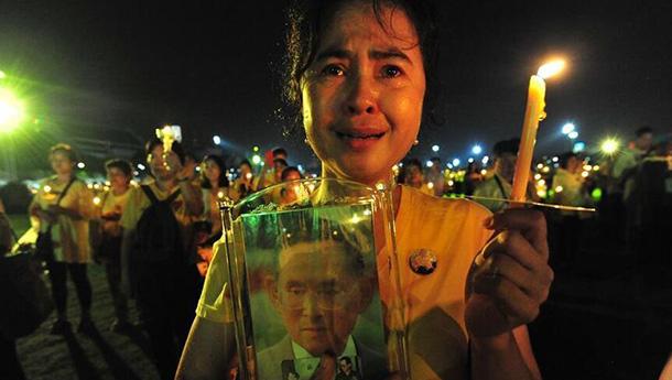 泰国民众纪念先王普密蓬逝世两周年.jpg