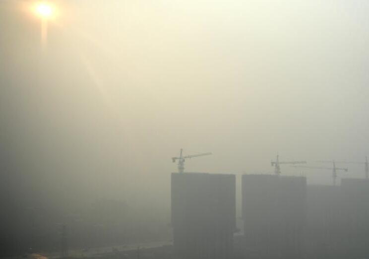 河北多地大雾致高速关闭 能见度不足500米.jpg