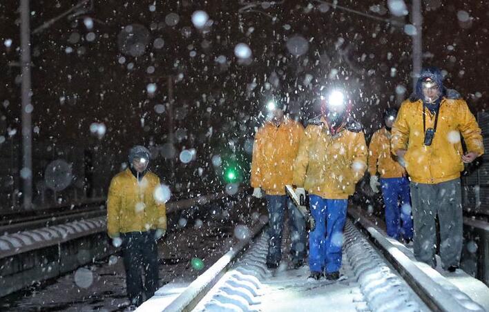乌鲁木齐高铁工务段夜色苍茫战风雪.jpg