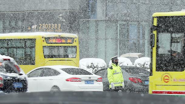 新疆乌鲁木齐迎暴雪-发布黄色预警.jpg