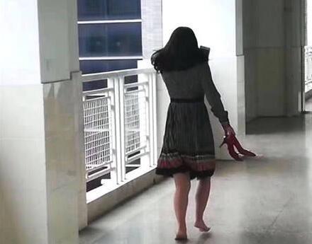怕扰学生上课 家长脱高跟鞋赤脚走路.jpg