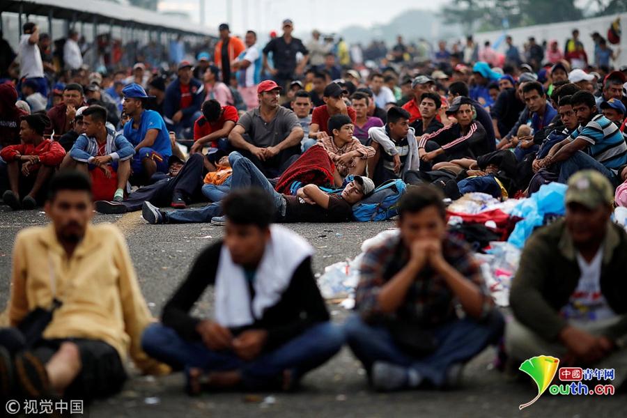 """中美洲移民等待进入墨西哥 成千上万移民""""挤爆""""边境大桥"""