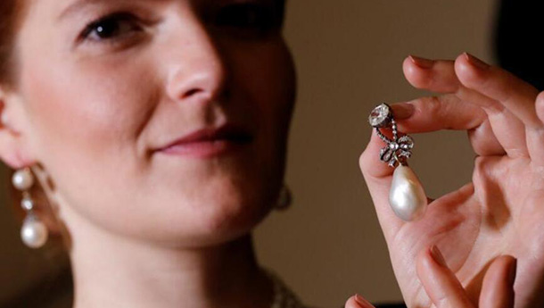 苏富比将拍卖法国皇室珠宝-珍珠吊坠大如鹌鹑蛋.jpg
