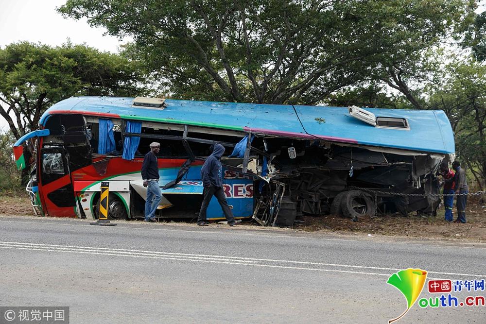 津巴布韦两辆大巴相撞至少47人死亡
