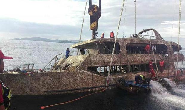 普吉倾覆游船打捞出水-船身长满海藻.jpg
