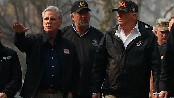 特朗普视察加州山火重灾区:灾情惨不忍睹.jpg