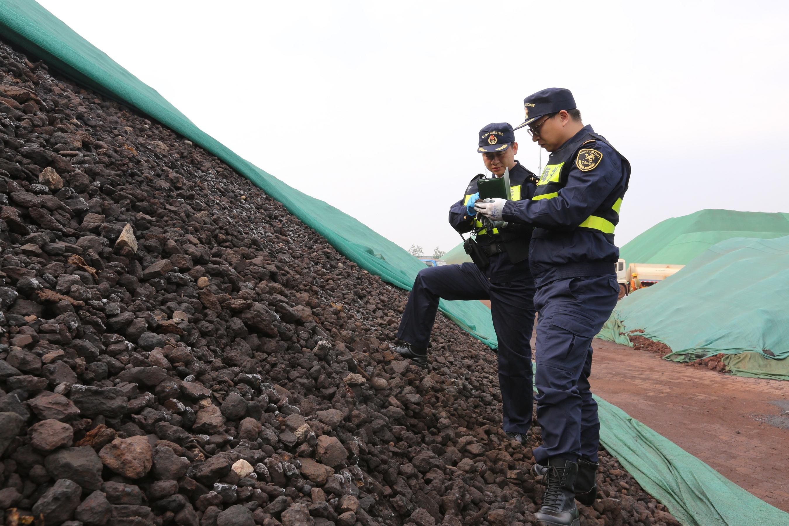 11月15日拍摄的非法入境固体废物。(张进刚  胡明文 摄).JPG