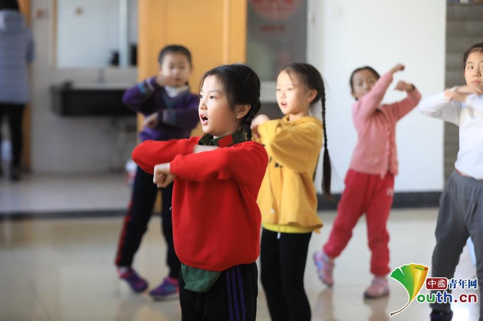 直击2019中国青少年网络春晚彩排现场 小演员紧张