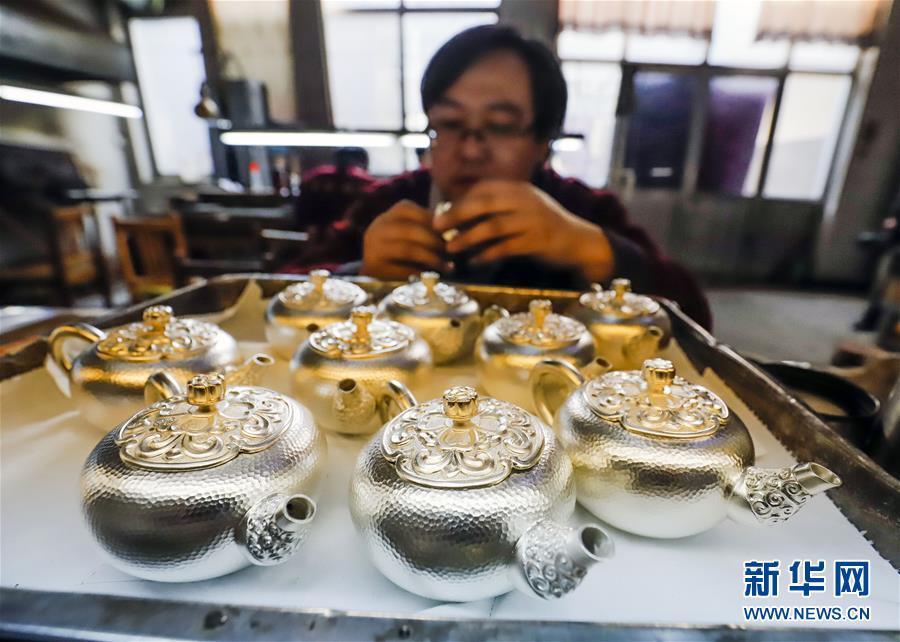 马兰峪王三胖照片_1月6日,工人在河北唐山遵化市马兰峪镇一家银器加工作坊组装银器产品.
