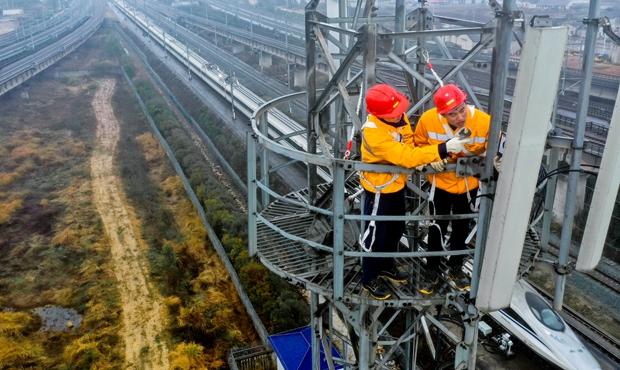2.张飞和张继钊在35米铁塔上分工合作,各负其责。傅聪  摄_副本.jpg