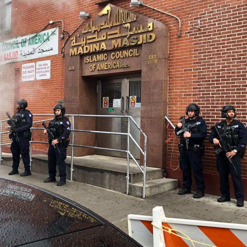 新西兰枪击事件后 纽约大批武装警察持枪守卫清真寺
