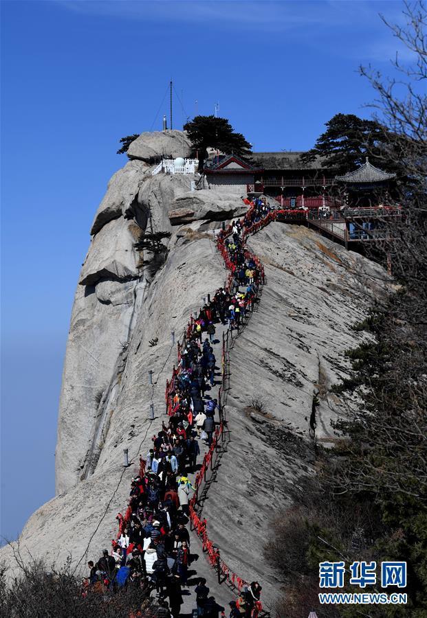 随着气温回升,陕西著名风景区华山进入旅游旺季.