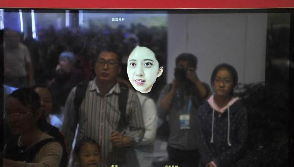 第二届数字中国建设成果展览会:5G远程操作机器人吸引观众.jpg