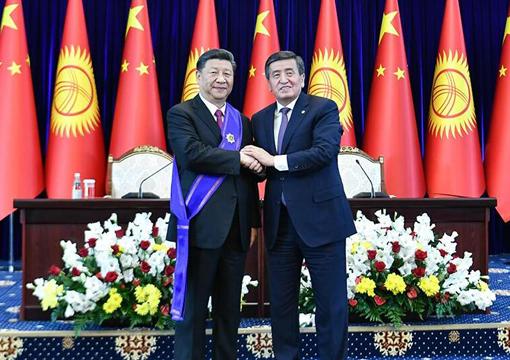 """习近平出席仪式-接受吉尔吉斯斯坦总统热恩别科夫授予""""玛纳斯""""一级勋章.jpg"""