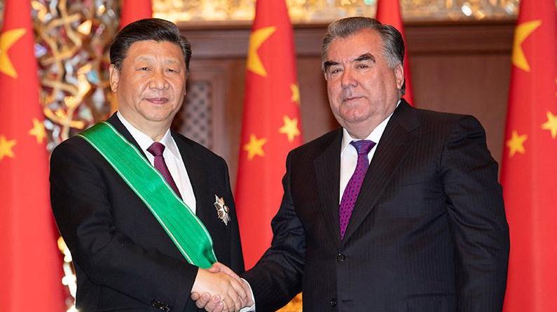 """习近平出席仪式 接受塔吉克斯坦总统拉赫蒙授予""""王冠勋章"""".png"""