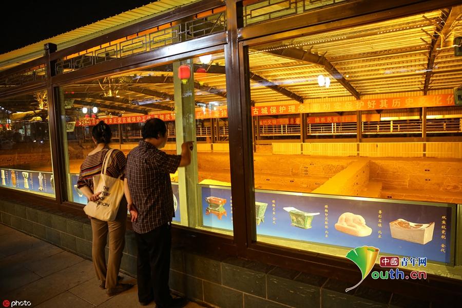 正定一考古工地安装玻璃展棚 游客现场观看发掘进展
