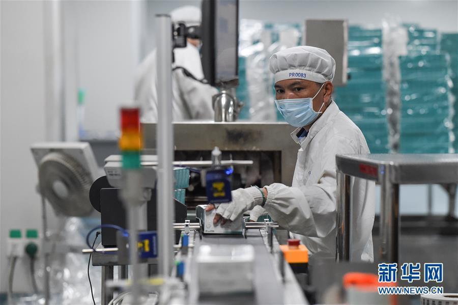 药厂车间忙生产 保障抗病毒药品供给