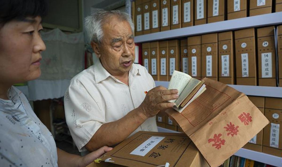 """古稀老人60余年""""家庭档案""""里的小康生活印迹.jpg"""