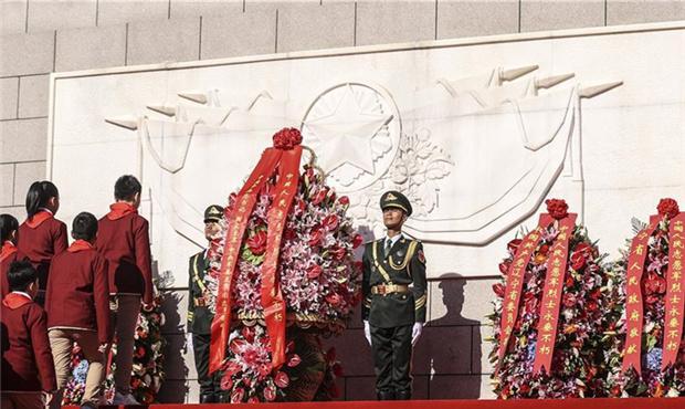 纪念抗美援朝70周年敬献花篮仪式隆重举行.jpg