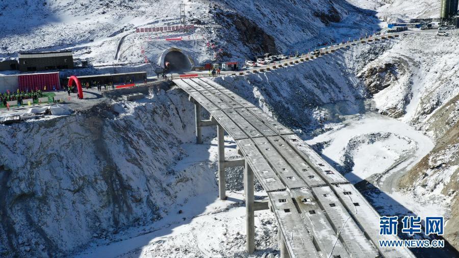 国道213线高海拔隧道顺利贯通
