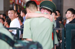 刻-这名战士哭了.jpg