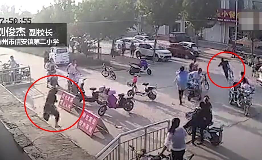 小学生v火力门口被抱走女火力狂奔阻止频小视校长图片