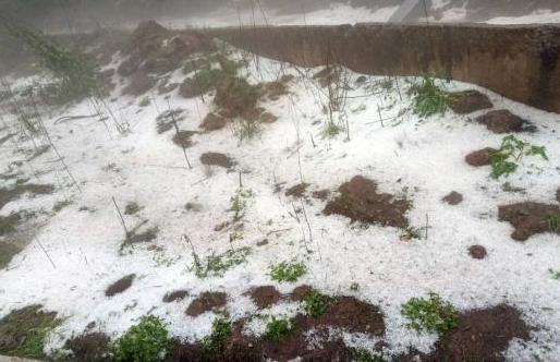 四川叙永多地出现冰雹天气