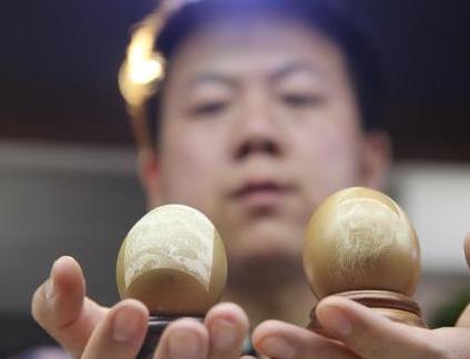 小伙在0.5毫米厚蛋壳上刻画