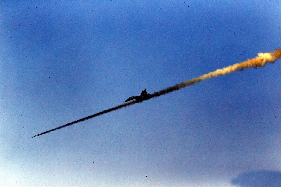 中俄戰機角逐航空飛鏢競賽 殲10與蘇35爭奇斗