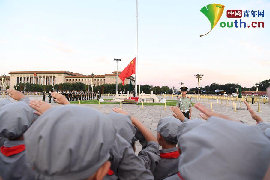 中青网河南_红军小学师生广场注目国旗升起——中国青年网-红军小学